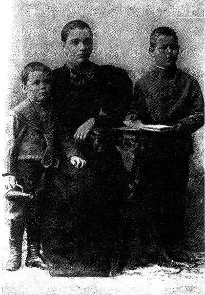 Александра Михайловна Вавилова с детьми: Николаем (справа) и Сергеем