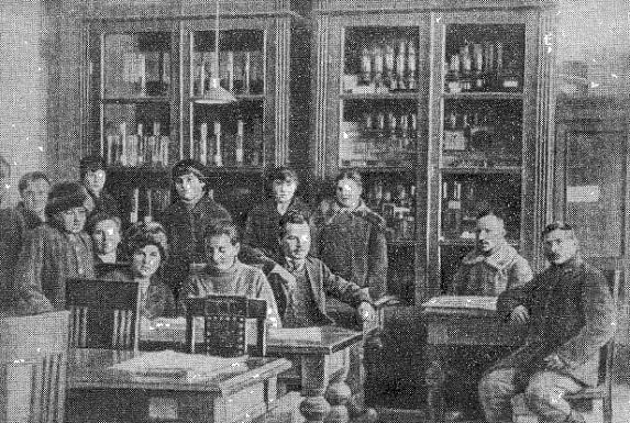 Н. И. Вавилов (в центре) с сотрудниками в Саратовском университете. Стоит (первая справа) Е. И. Барулина, впоследствии жена Вавилова