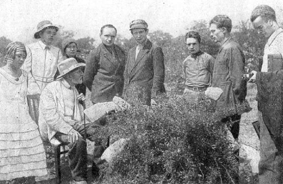 И.В. Мичурин в кругу своих сотрудников