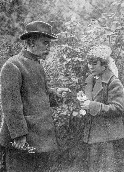 И.В. Мичурин со своей помощницей Александрой Семеновной Тихоновой
